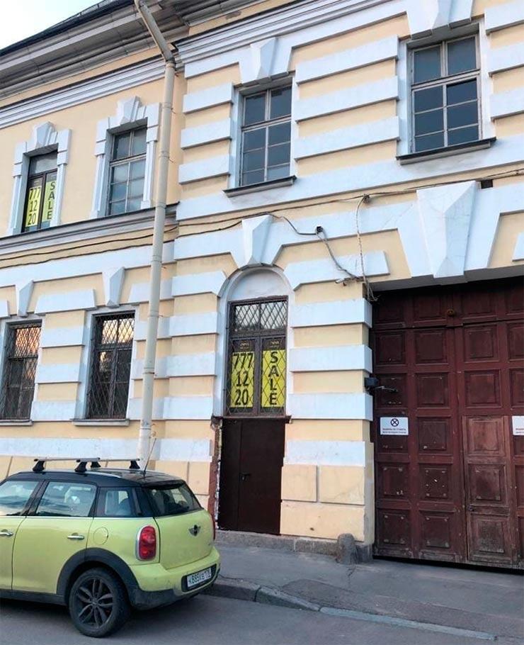 Дверь в фасаде исторического здания на набережной Фонтанки остается