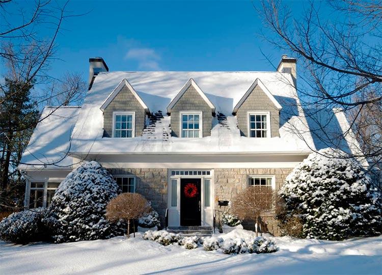 Решаем зимние проблемы мансардных окон – залежи снега и наледь